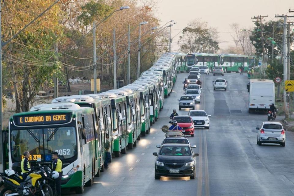 Emanuel diz que está fazendo revolução no transporte público com entrega de 144 novos ônibus;  vídeo