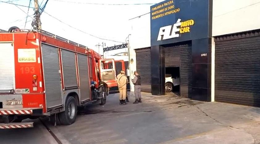 Bombeiros combatem incêndio em funilaria na avenida Miguel Sutil; dois carros atingidos