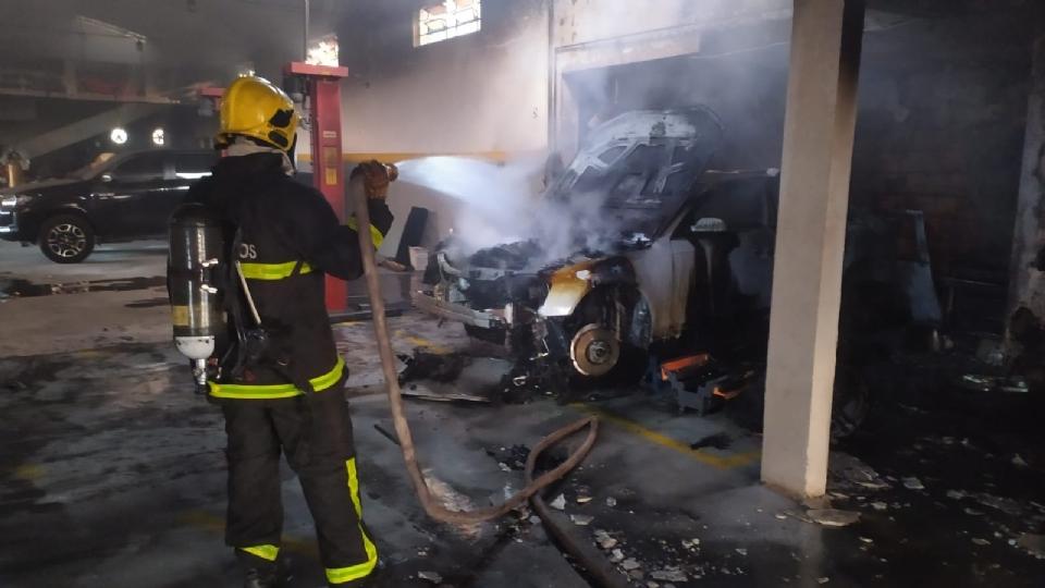 Audi é destruído durante incêndio em funilaria de Cuiabá