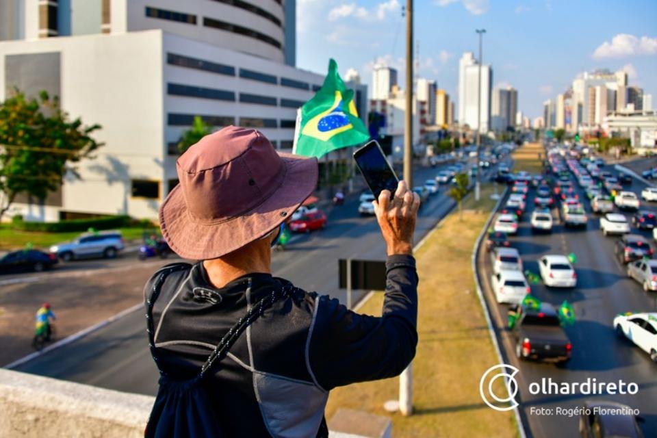 Manifestantes tomam avenida do CPA para participar de ato pró-Bolsonaro em Cuiabá;  fotos e vídeos