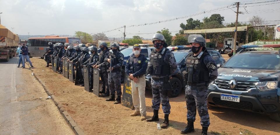 PRF e PM encerram interdição em rodovia após caminhão ser atacado por manifestantes ao tentar furar bloqueio;  vídeo