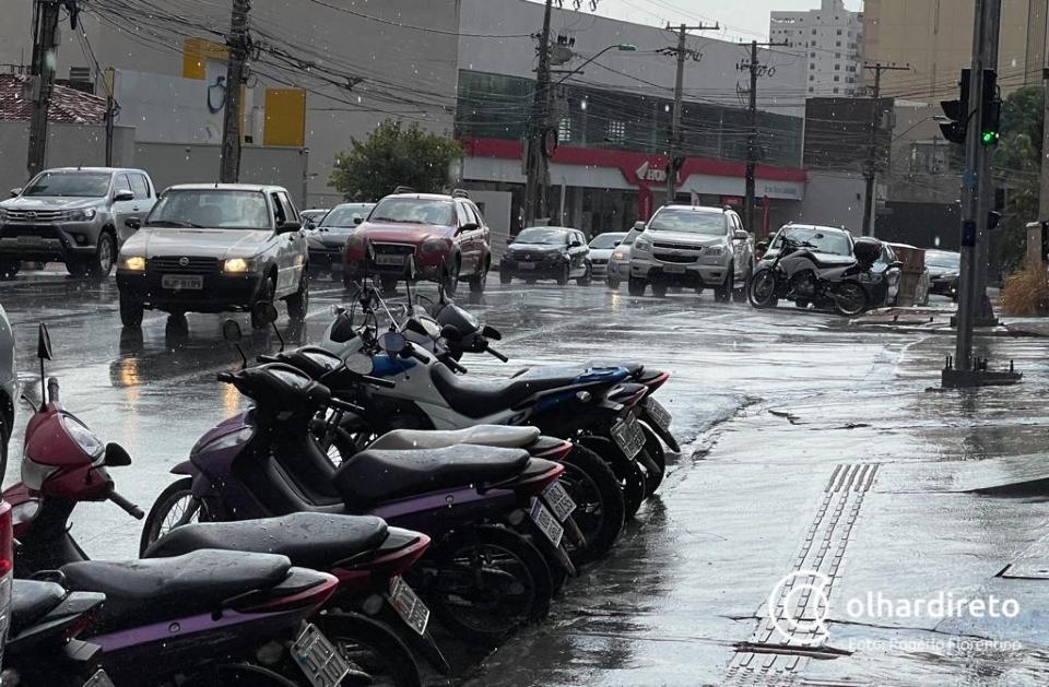 Chuva volta a cair em Cuiabá para amenizar calor intenso de 40ºC