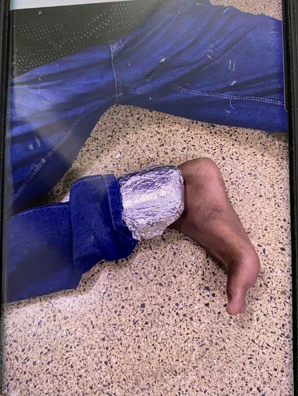 Envolvido em assassinato durante 'salve' tentou mascarar sinal de tornozeleira com papel alumínio