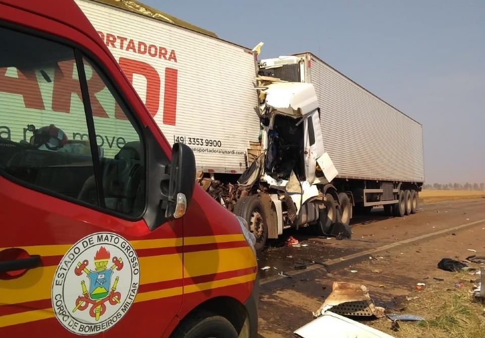 Carretas colidem de frente em rodovia e motorista fica preso às ferragens
