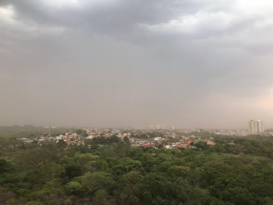 Vídeos mostram temporais com ventania forte, 'nuvem de poeira', pancadas de chuvas isoladas e granizo na região metropolitana de Cuiabá
