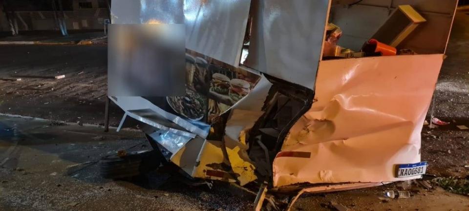 Embriagado, motorista de S10 dorme ao volante e atinge trailer de 'baguncinha'