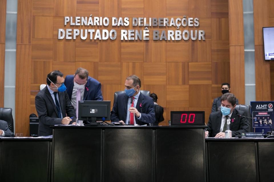 Deputados aprovam entrega de medicamentos com canabidiol pelo SUS para pacientes com doenças graves