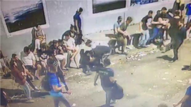 Vídeos mostram momento em que suposto policial civil teve arma roubada na Praça da Mandioca; veja
