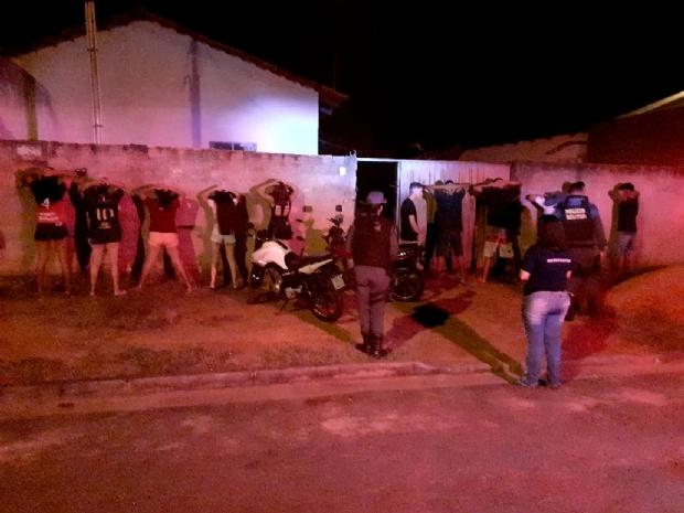 Polícia prende 10 em festa com aglomeração, menores e narguilé