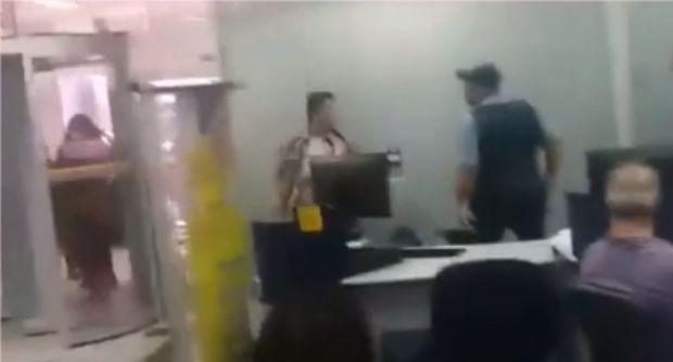 Segurança saca arma após mulher causar confusão em agência do Banco do Brasil;  veja