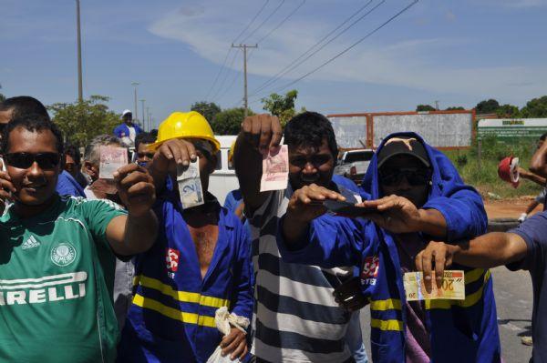 Medo de demissão faz operários pararem trânsito e obras da Copa
