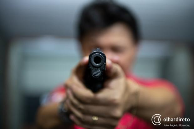 Curso de tiro em Cuiabá recebe mais de 40 ligações por dia após decreto de Bolsonaro facilitar posse;  fotos e vídeos