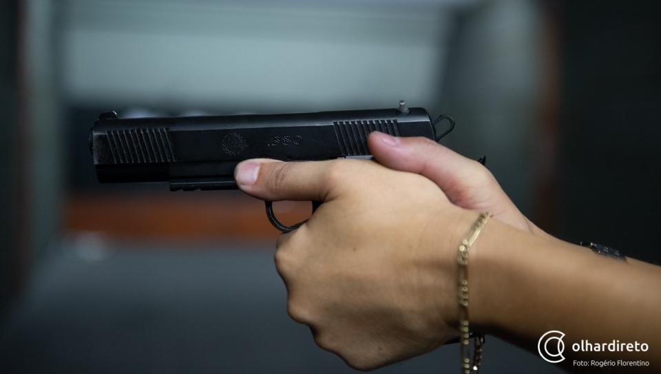 Homem é preso após ameaçar matar hóspede de hotel com arma de fogo