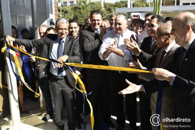 Descerramento da fita de inauguração da AMM, com Nerurilan Fraga, Carlos Fávaro, prefeitos e parlamentares