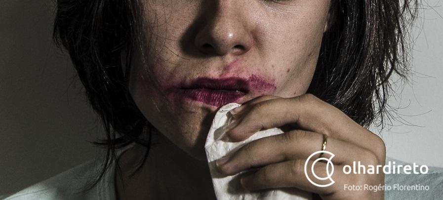 Grávida é agredida pelo companheiro bêbado com cabo de vassoura