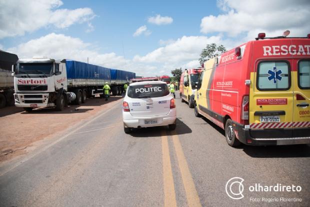 Colisão entre três veículos mata motorista e deixa outro em estado grave