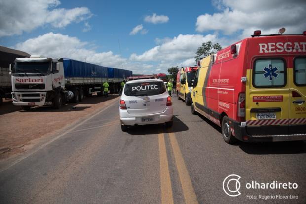 Colisão entre dois carros e uma carreta deixa seis feridos; dois em estado grave