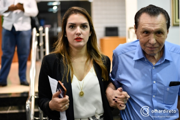 Carlos Bezerra e Janaína Riva nos corredores da Assembleia Legislativa de Mato Grosso