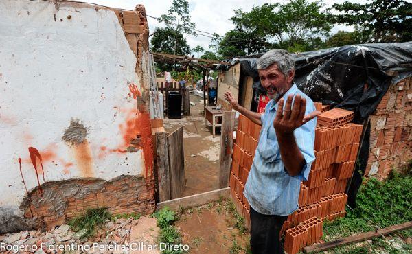 Sem receber salário, fotógrafo vive em 'barraco' e tenta construir casa até o natal com ajuda dos colegas;  fotos