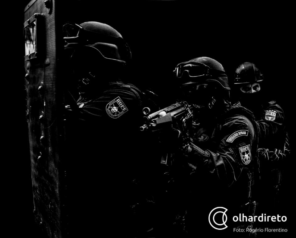 Comandante crê que até dez assaltantes ainda estejam escondidos em mata; munições e embalagens encontradas