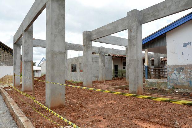 Secretaria notifica construtora para retirar entulho de obras de escola em Cuiabá