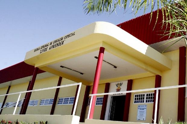 Funcionário de escola estadual é procurado depois de ameaçar crianças com arma de choque