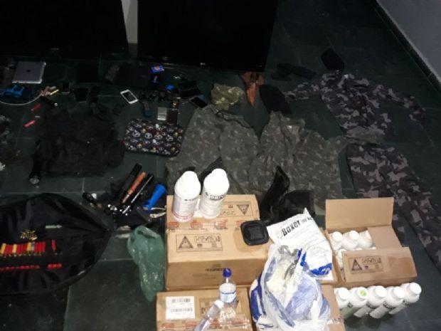 Trio é preso após roubo com troca de tiros e polícia encontra munições e roupas camufladas