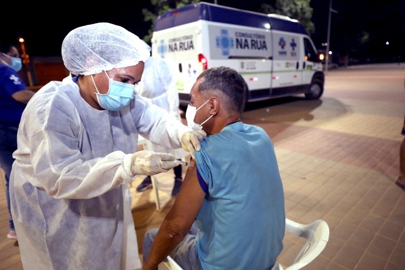 Prefeitura de Cuiabá vacina população em situação de rua da Orla do Porto contra a Covid-19