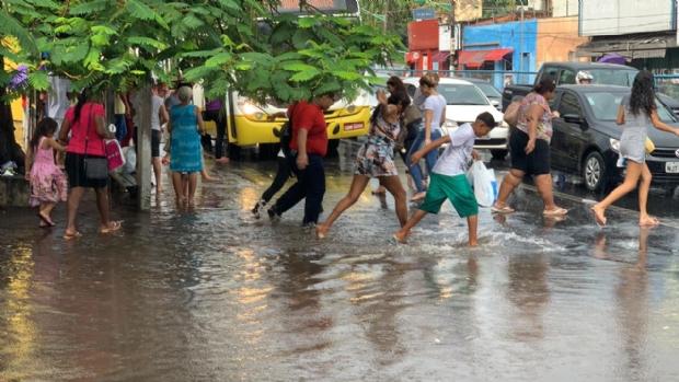 Chuva intensa alaga Prainha e provoca apagão em bairros de Cuiabá; veja vídeo
