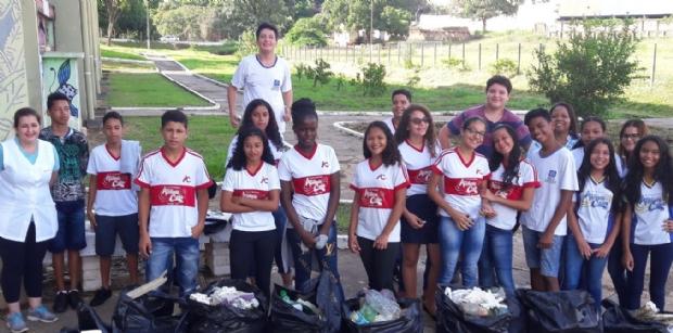 Estudantes da rede estadual realizam limpeza em praça no Quilombo