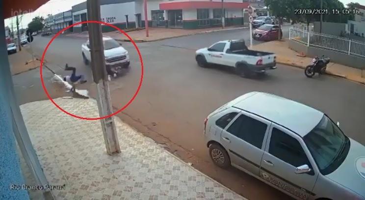 Vídeo flagra motociclista sendo atropelado por camionete em cruzamento; veja