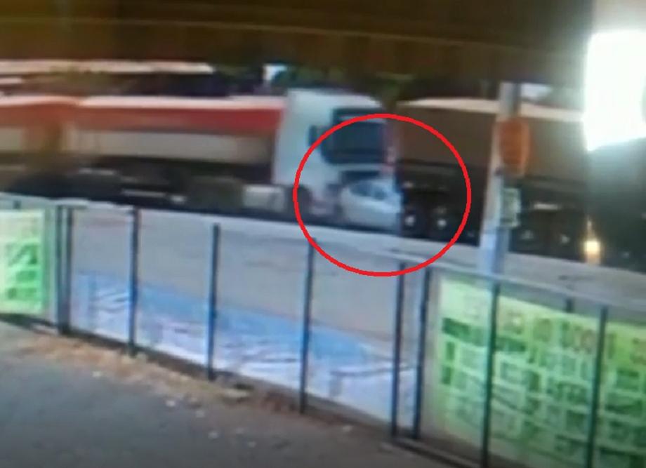 Vídeo mostra carro sendo amassado por carretas na rodovia dos Imigrantes; motorista escapou da morte