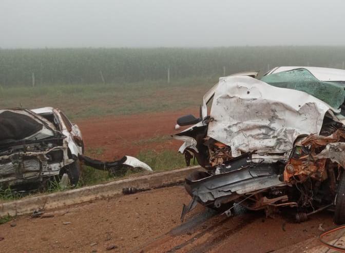 Homem de 58 anos morre após colisão frontal entre Palio e Hilux em rodovia