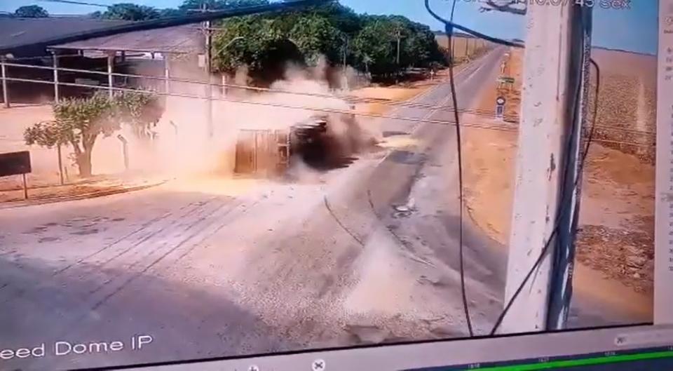 Vídeo registra carreta tombando em curva em rodovia de MT; veja