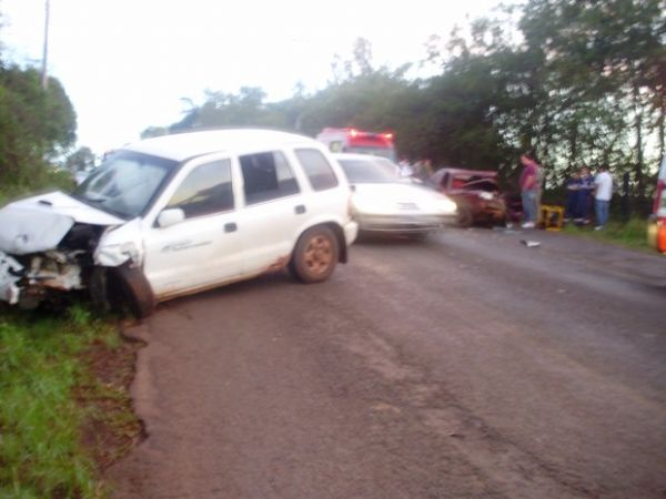 Parte da frente do Kia ficou totalmente destruída depois do acidente
