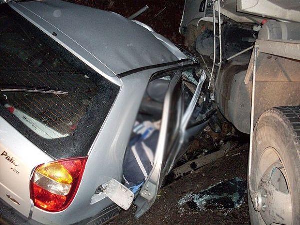 Veículo invadiu a contramão e bateu de frente com caminhão