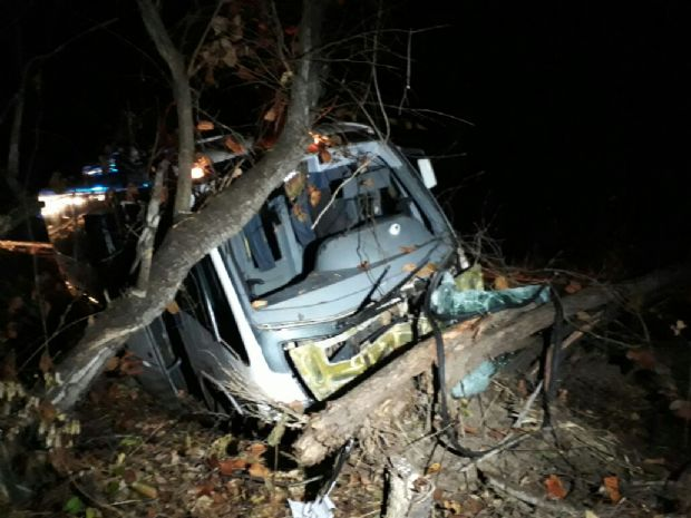 Ônibus desvia de carro, cai em barranco e cobrador é arremessado do veículo em Chapada dos Guimarães