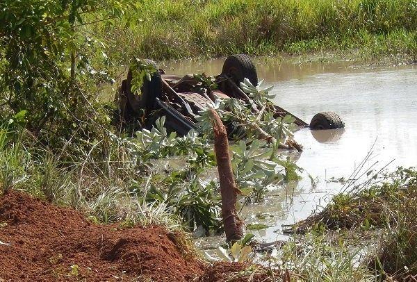 Carro cai em lago às margens de rodovia e 7 morrem em Mato Grosso