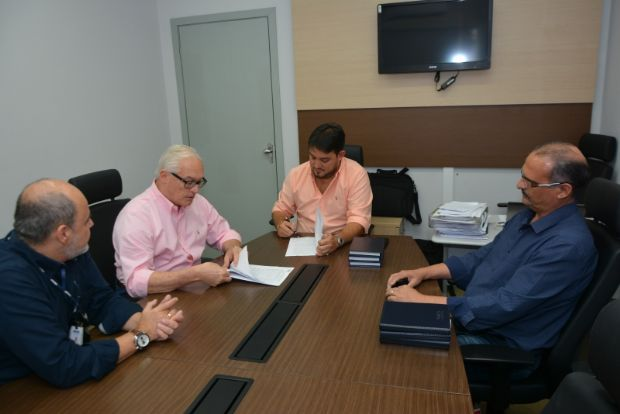 Reitor da Univga assina convênio com a prefeitura