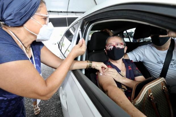 Prefeitura inicia vacinação drive-thru no Sesi Papa e primeiros imunizados comemoram