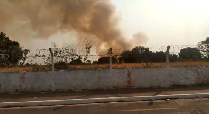 Fogo consome área de vegetação perto do Aeroporto de Cuiabá;  veja vídeo