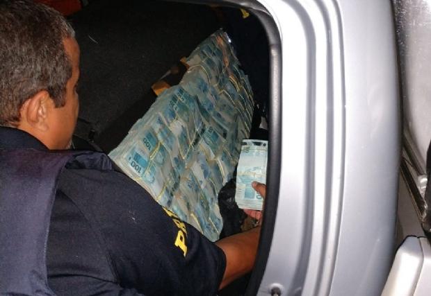 PRF apreende R$ 4,6 milhões em dinheiro escondidos em banco e carroceria de camionete