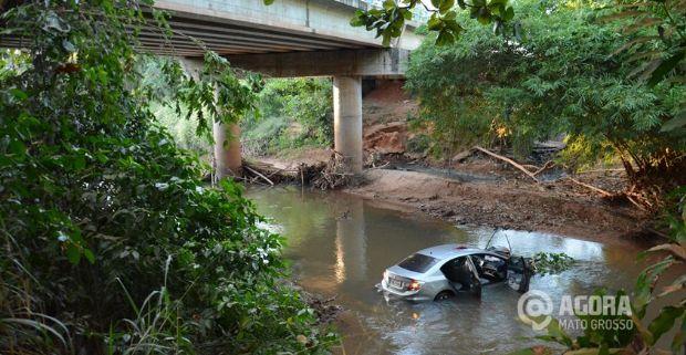 Veículo Honda Civic despenca de ponte e duas pessoas ficam feridas