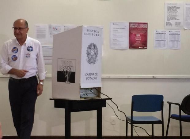 Geraldo Alckmin vota em escola de São Paulo