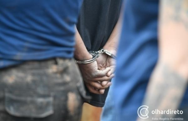 Inconformado com término, ex-amante é preso após perseguir mulher e ameaçar família de morte