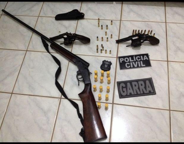 Investigados por homicídio são presos com armas e munições