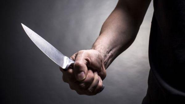 A suspeita pegou uma faca e desferiu três golpes contra João Paulo