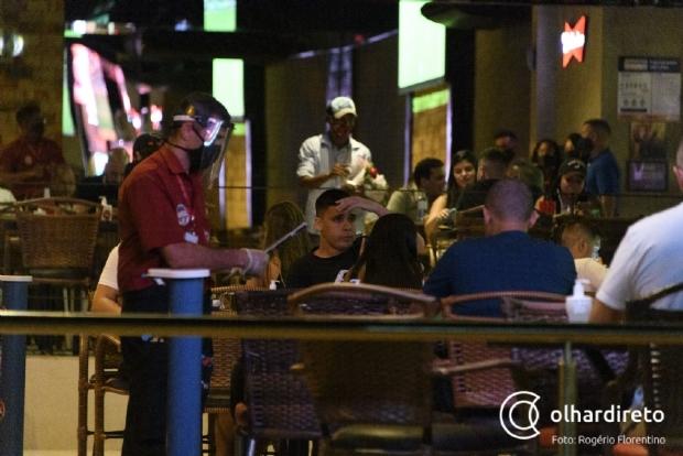 Novo decreto: bares e restaurantes podem funcionar até 22h e toque de recolher começará 23h