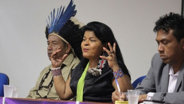 Cacique Rondon e Matudjo Metuktire ao lado da candidata a vice-presidente Sônia Guajajara