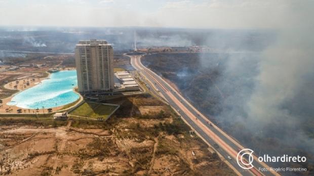 Fogo devastou área equivalente a 1,1 mil campos de futebol no incêndio em frente ao Brasil Beach; fotos e vídeos